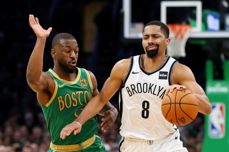 Kemba Walker (g) des Boston Celtics face à Spencer Dinwiddie des Brooklyn Nets, en NBA, le 27 novembre 2019 à Boston