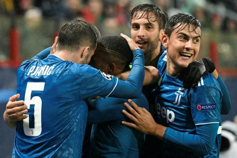 Des joueurs de la Juventus entourent l'attaquant brésilien Douglas Costa qui vient de marquer sur le terrain du Lokomotiv en Ligue des champions, le 6 novembre 2019 à Moscou