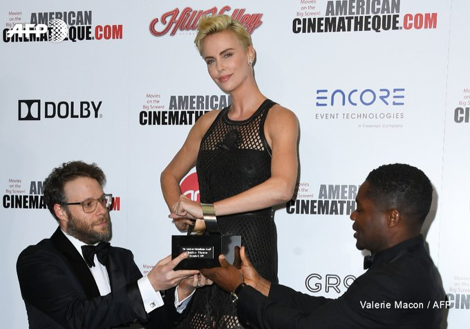 La carrière «audacieuse» de Charlize Theron honorée par Hollywood