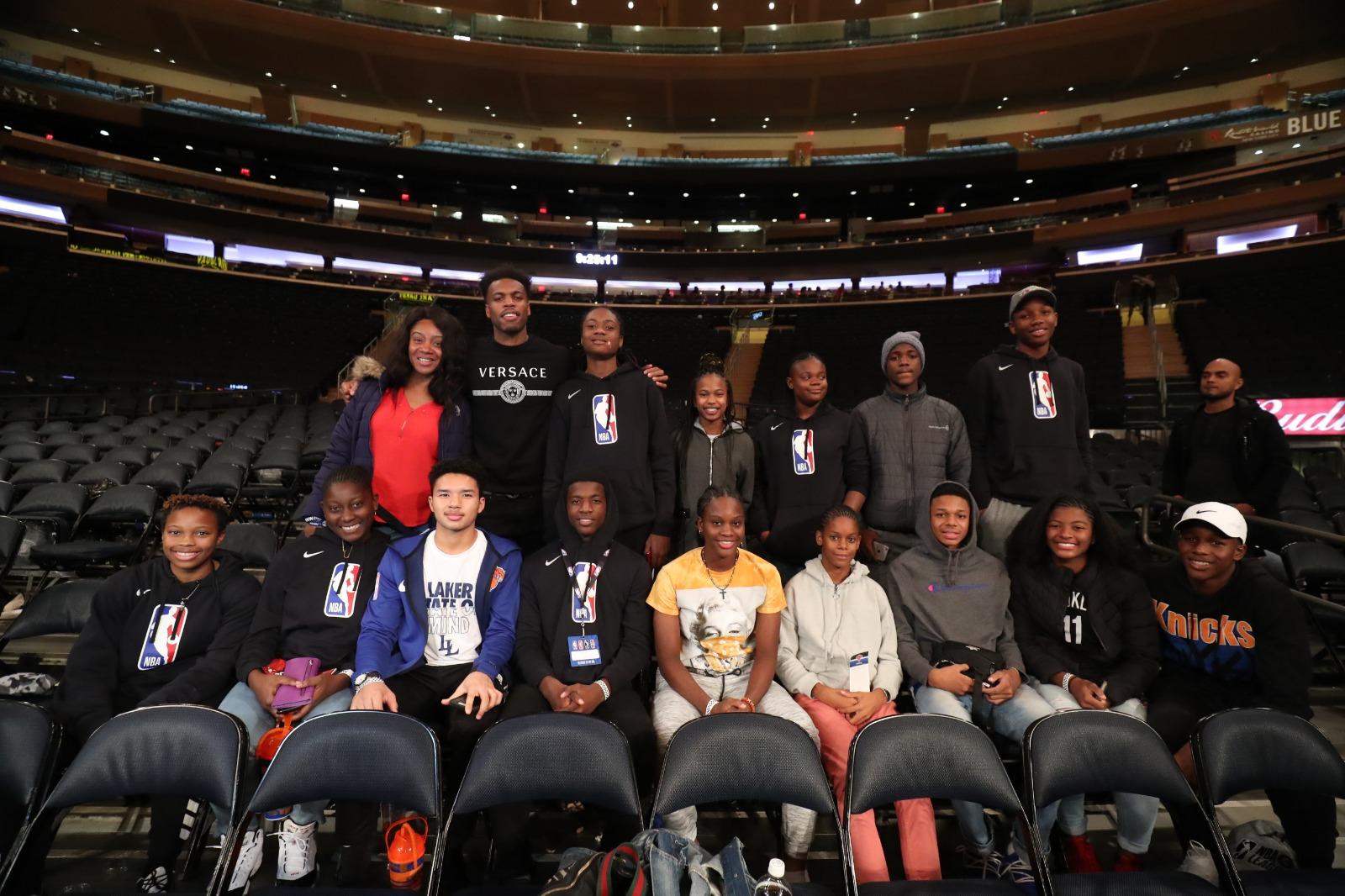 Les quatorze jeunes sélectionnés dans le cadre du programme Digicel NBA Jump Start 2019, à New York City. Crédit photo: NBAE/GETTY IMAGES