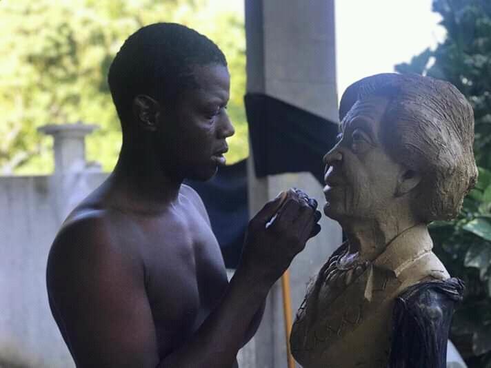"""Lobenson Civilma artiste de """"Konpayi nanm solèy Dayiti, réalisant le buste de Mme Fombrun"""