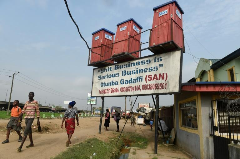 Des toilettes mobiles à vendre dans une rue de Kara-Isheri dans le sud-ouest du Nigeria le 14 novembre 2017 afp.com - PIUS UTOMI EKPEI