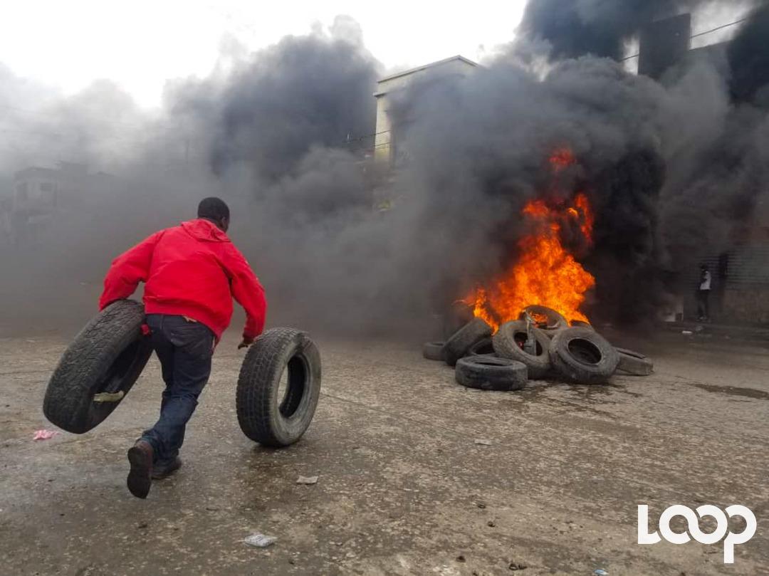 Des pneus enflammés érigés sur le Boulevard Jean Jacques Dessalines (Grand rue). Photos archives : Loop Haïti