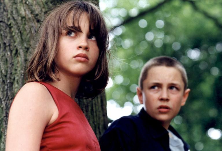 """L'actrice Adèle Haenel (G), alors âgée de 13 ans et Vincent Rottiers (D) sur le tournage, en 2002, du film français """"Les diables"""" réalisé par Christophe Ruggia qu'elle accuse aujourd'hui de harcèlement sexuel"""