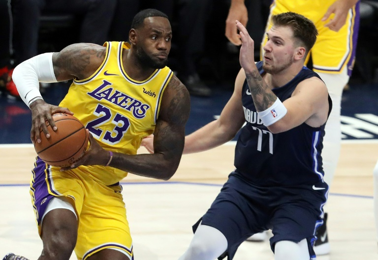 LeBron James (g) des Los Angeles Lakers face à Luka Doncic des Dallas Mavericks lors du match de NBA à Dallas, le 1er novembre 2019