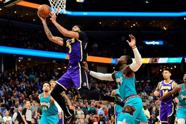Anthony Davis attaque le panier des Grizzlies lors de la victoire des Lakers à Memphis le 23 novembre 2019