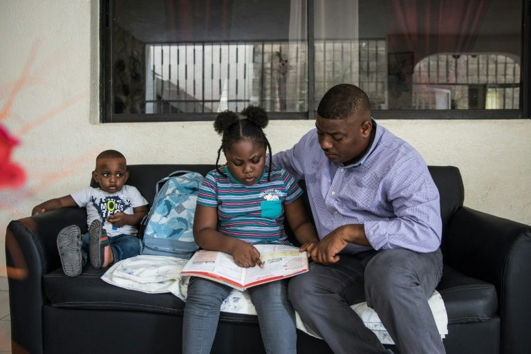 Samy Janvier, sa fille de 8 ans Samara, et son fils de deux ans, chez eux à Delmas, une commune près de Port-au-Prince, le 20 novembre 2019