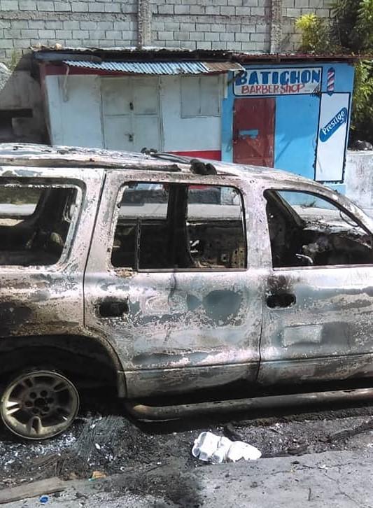 Un véhicule incendié, non loin de l'Eglise Notre-Dame du Perpétuel Secours, au Bel-air. Crédit photo: Franck Léna/Radio Zenith FM.