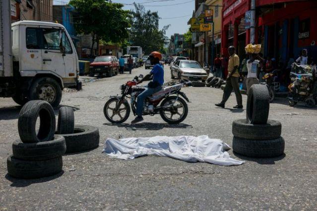 Un cadavre au milieu d'une rue de Port-au-Prince, le 26 août 2019