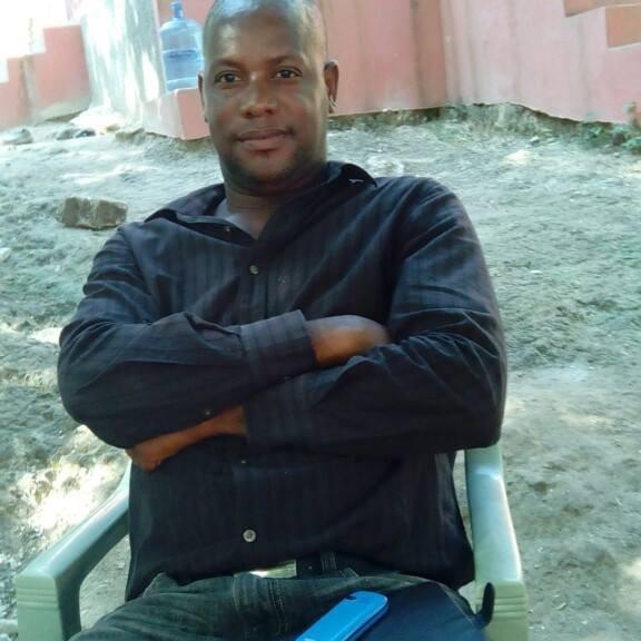 Le journaliste Leckel Adinor, correspondant de radio télé Galaxie dans les Nippes. Photo: Leckel Adinor/Facebook