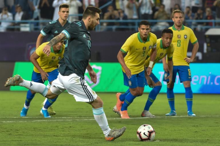 L'attaquant argentin Lionel Messi tirant le pénalty, lors du match amical contre le Brésil, le 15 novembre 2019, à Riyad (Arabie saoudite)