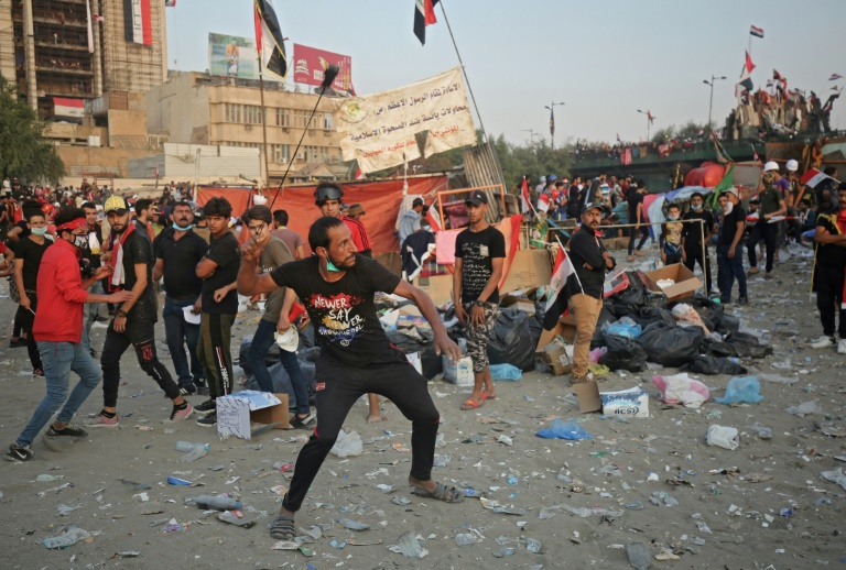 Un manifestant s'apprête à tirer un projectile, à Bagdad, le 3 novembre 2019