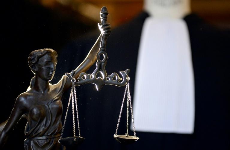 """250 victimes potentielles de faits non prescrits de pédophilie ont été identifiées au cours de l'enquête"""" qui vise le chirurgien à la retraite Joël Le Scouarnec, a annoncé lundi le procureur de La Rochelle, Laurent Zuchowicz, qui a indiqué se dessaisir du volet breton du dossier au profit du parquet de Lorient"""