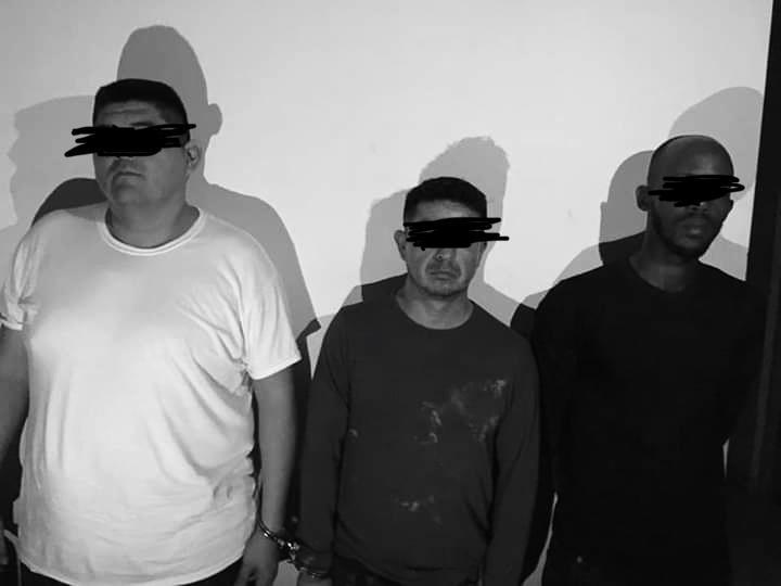 De gauche à droite, les deux ressortissants mexicains et le citoyen haïtien, arrêtés dans le Sud du pays. Photo: VOA Kreyol.