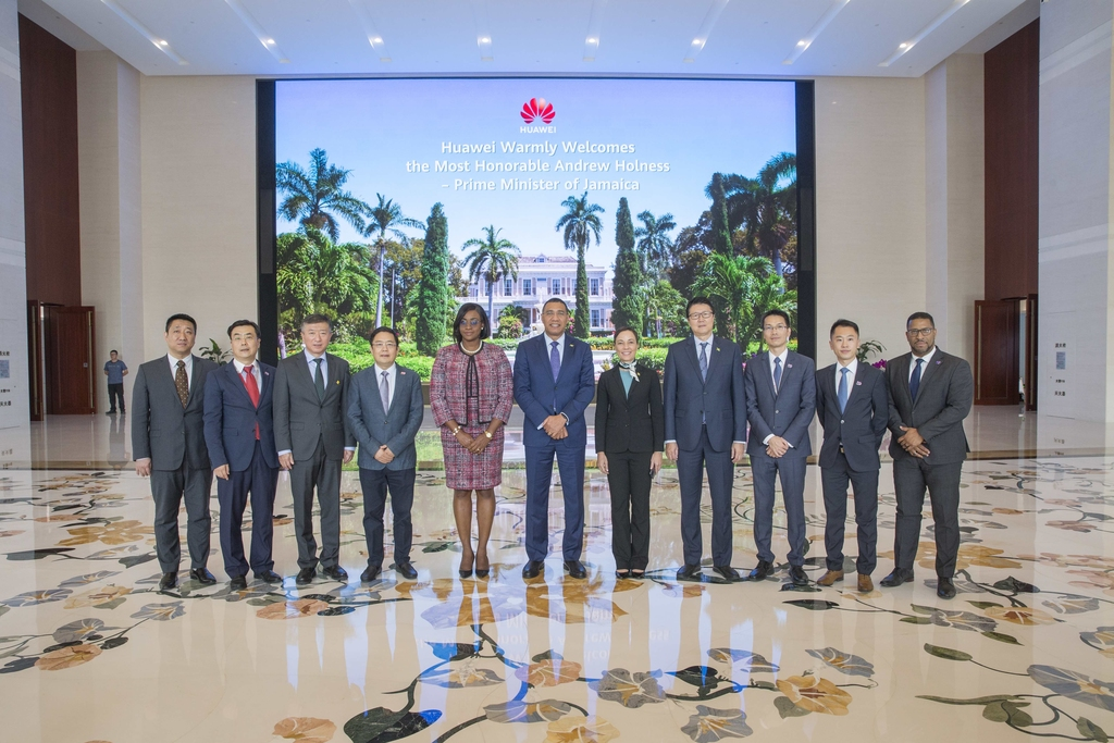 Prime Minister Andrew Holness and his wife, Juliet are flanked by, (from left)  Harry Bai , Vice President of Latin America Region (Huawei), His Excellency Ambassador of China to Jamaican  Tian Qi, Peng Zhongyang, Senator Kamina Johnson Smith, Allen Chen Yue, Andy Jiwen Deng – CEO, Huawei Jamaica and Executive Account Manager Neil Grant.