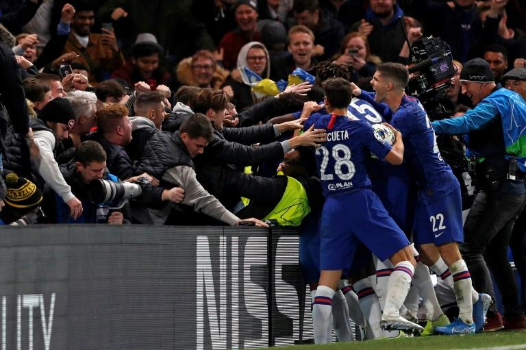 Le bonheur des joueurs de Chelsea partagé avec leurs supporters après l'égalisation miraculeuse contre l'Ajax, le 5 novembre 2019 à Stamford Bridge