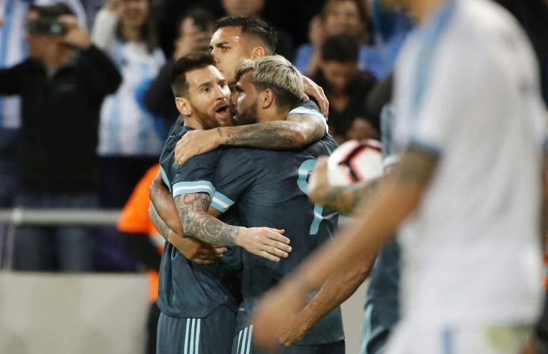 Lionel Messi célèbre avec des coéquipiers son but lors du match amical face à l'Uruguay le 18 novembre 2019 à Tel Aviv