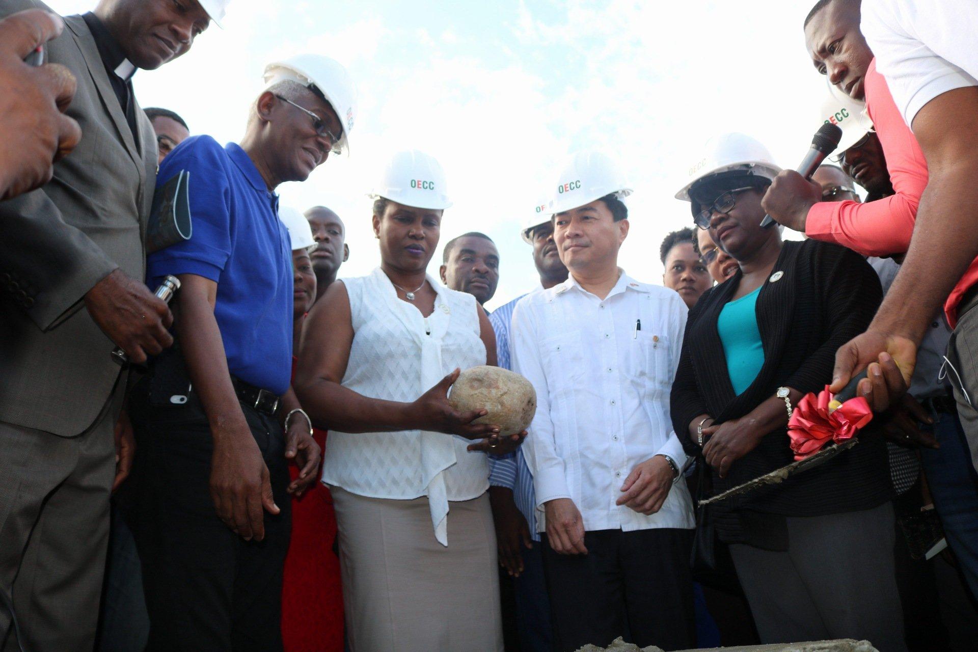 En janvier 2014, la Première dame Martine Moïse participe à la pose de la première pierre d'un hôpital OFATMA dans la commune/ Photo: Twitter @martinejmoise
