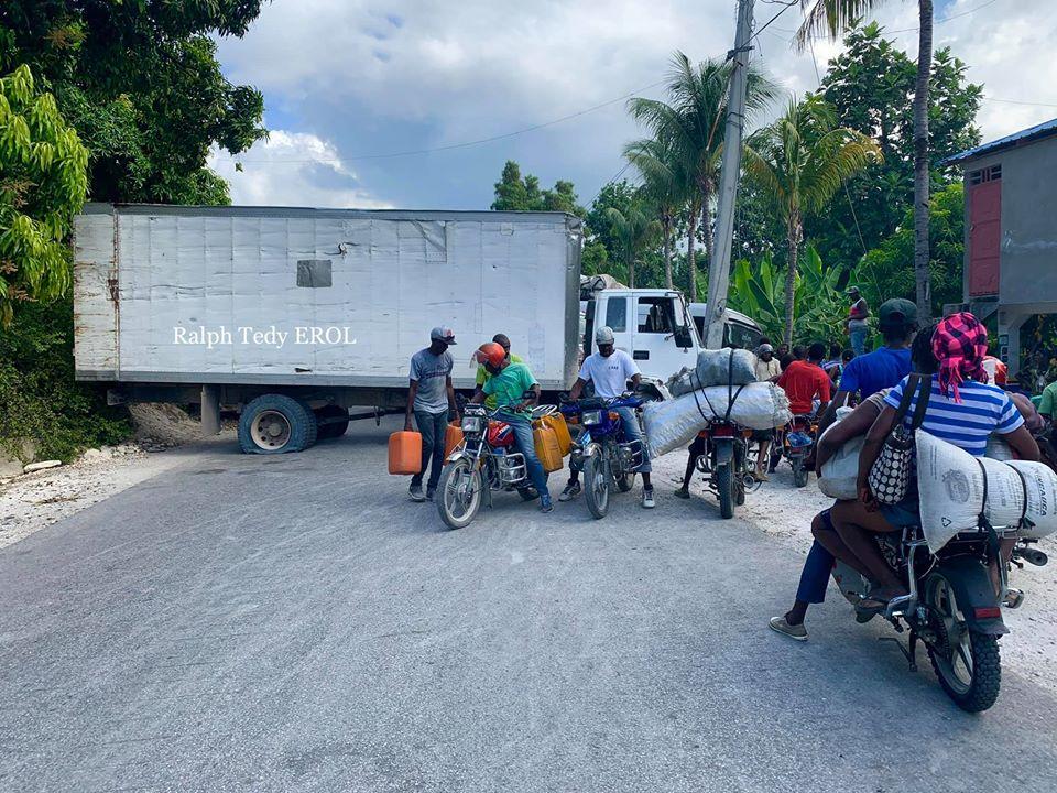 Plusieurs gros camions au travers de la voie publique, à Fauché (Cayes) ou deux personnes malades sont mortes alors qu'elles se rendaient à l'hopital au centre-ville pour prendre des soins./Photo: Ralph Teddy Erol.