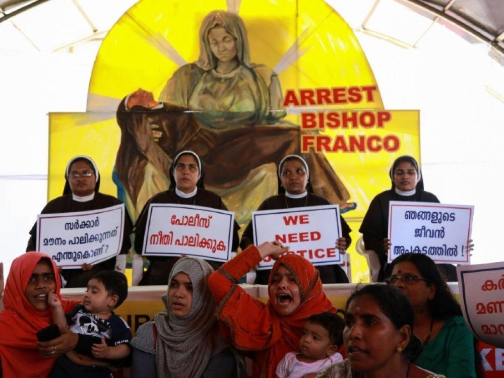Des religieuses catholiques, soutenues par des musulmans, manifestent pour obtenir l'arrestation de l'évêque Franco Mulakkal, accusé de viols, devant la Haute Cour de Kochi, au Kerala en Inde le 13 septembre 2018 afp.com - -