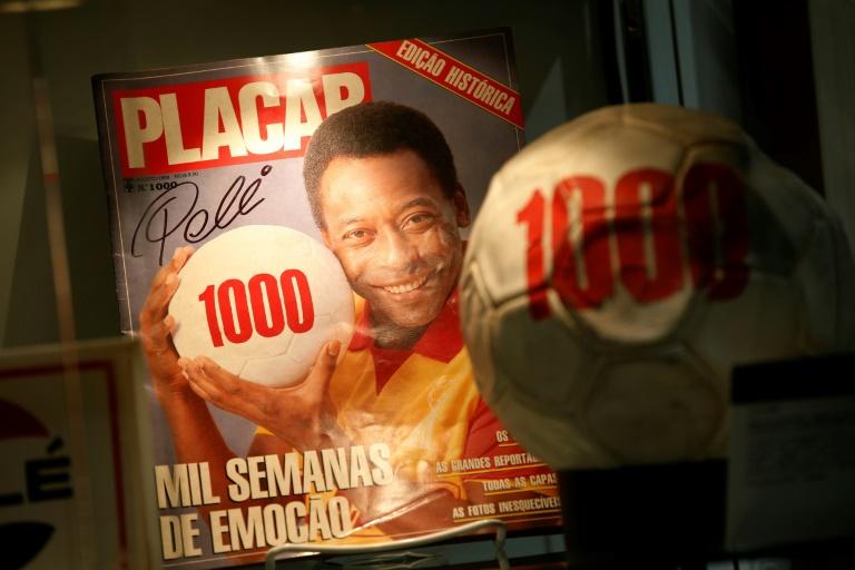 Exemplaire de la revue sportive brésilienne Placar célébrant les 1000 buts de Pelé, exposé à Londres avant une vente aux enchères, le 1er juin 2016