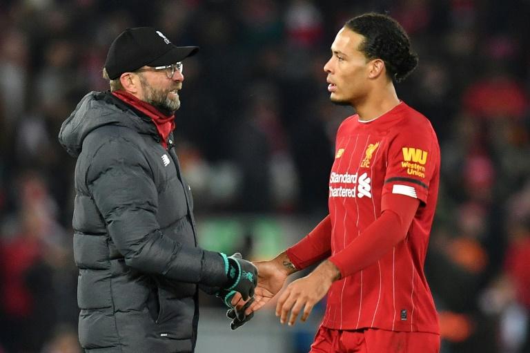 Le manager de Liverpool Jürgen Klopp (g) parle à son défenseur Virgil van Dick à la fin du match contre Brighton, le 30 novembre 2019 à Liverpool