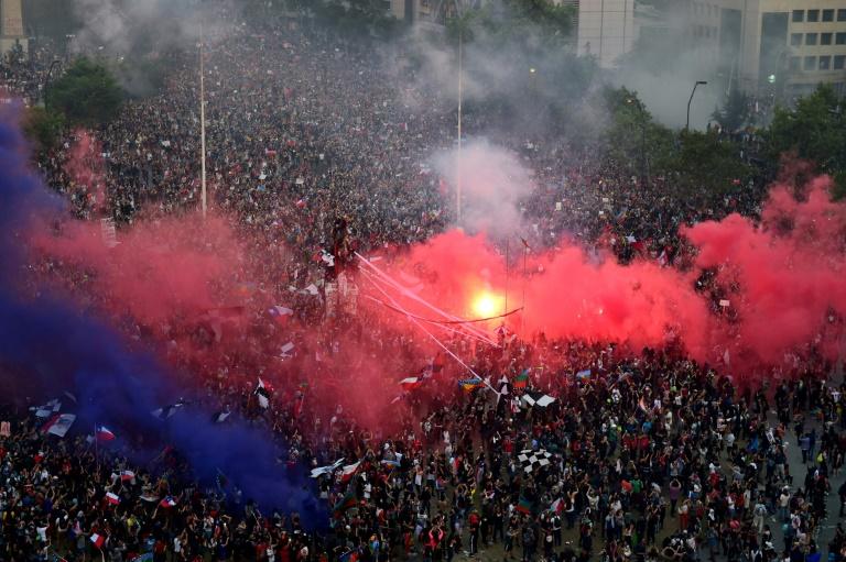 Vue aérienne de dizaines de milliers de manifestants rassemblés dans le centre de Santiago au Chili, le 8 novembre 2019