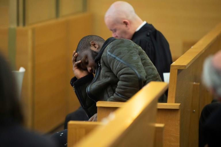 Un accusé dans la salle du tribunal de Lyon, à l'ouverture du procès sur un vaste réseau de prostitution, le 6 novembre 2019