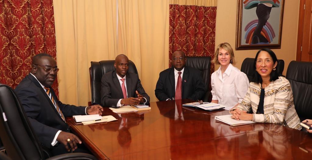 L'ambassadeur des Etats-Unis auprès de l'ONU, Kelly Craft, accompagnée de l'ambassadeur américaine accréditée en Haïti, Michèle Sison, lors de la rencontre avec le Président Jovenel Moïse. Photo: Page Facebook/Président Jovenel Moïse.