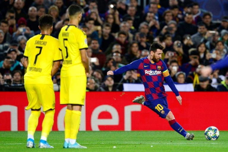 La star du Barça Lionel Messi (d) encore impressionnant face à Dortmund en Ligue des champions, le 27 novembre 2019 au Camp Nou de Barcelone