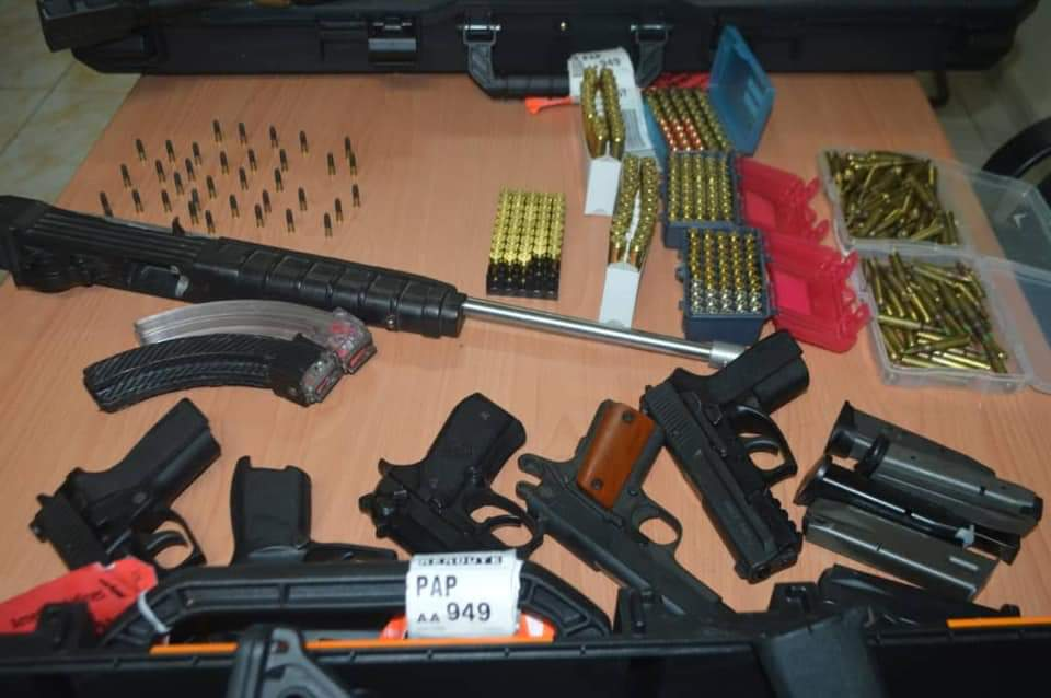 Des armes a feu et des munitions, exposées sur une table, a la salle de conférence de la DCPJ, ce jeudi 21 novembre 2019. Photo: Page Facebook/Police Nationale d'Haïti.