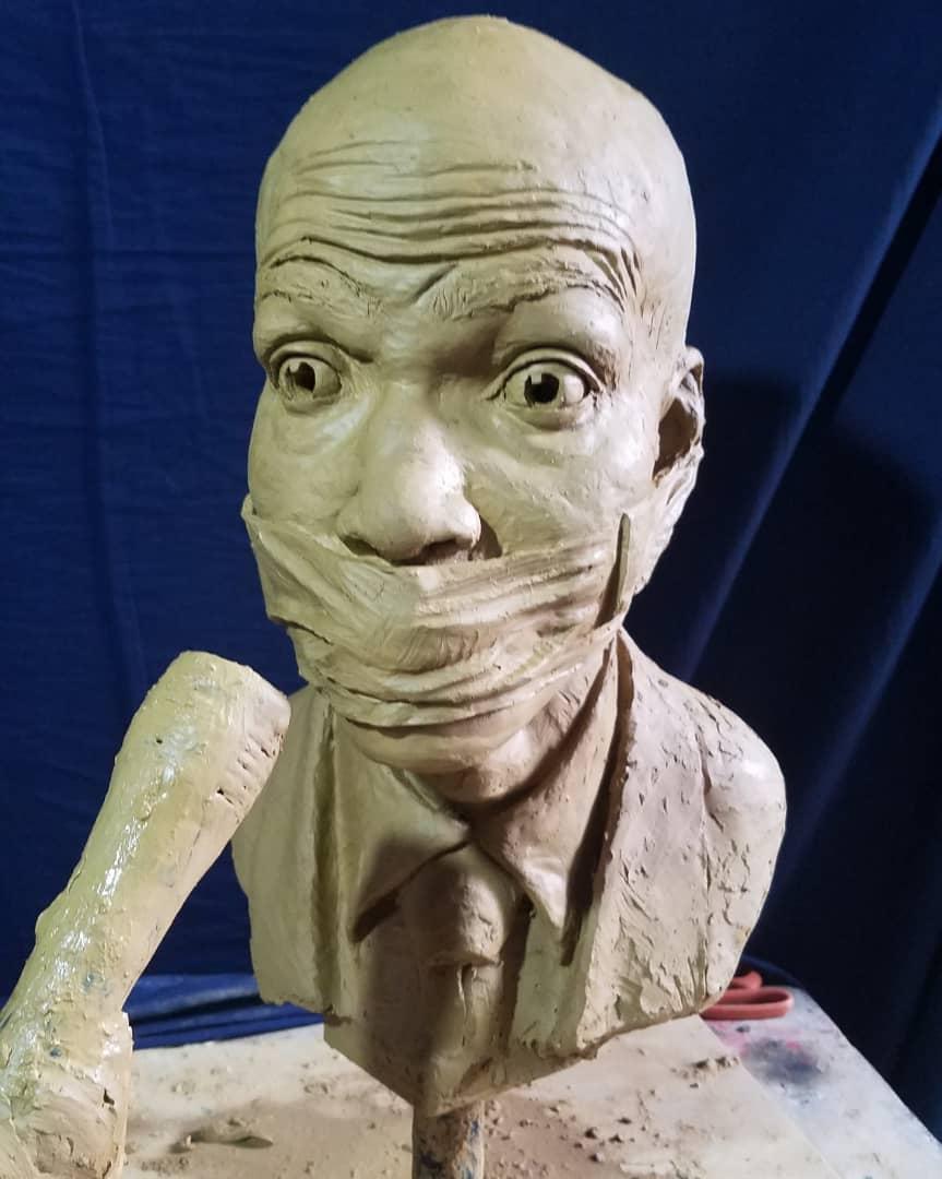 """Sculpture représentant le président au cours de la conférence de presse donnée dans l'enceinte du palais le mardi 15 octobre 2019. Réalisée par Woodly Caymitte, plus connu sous son nom d'artiste """"Filipo"""""""