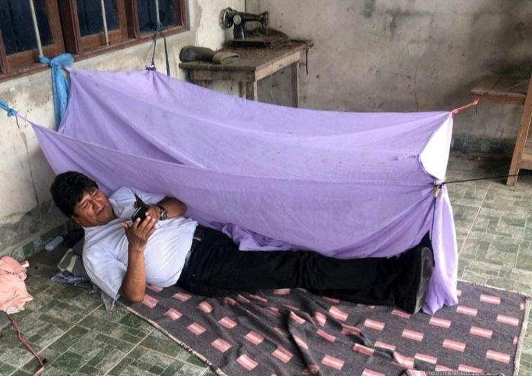 L'ex-président bolivien montre, le 11 novembre 2019, où il a passé sa première nuit clandestine, dans un endroit non révélé. Photo du compte twitter d'Evo Morales