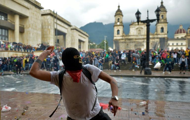 Un manifestant lançant une pierre contre la police, le 21 novembre 2019 à Bogota.
