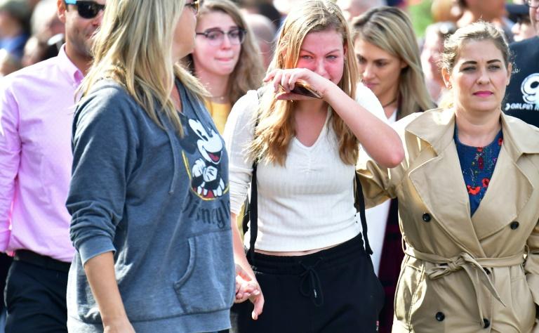lycéens d'un lycée de Santa Clarita près de Los Angeles retrouvent leurs parents après une fusillade le 14 novembre 2019