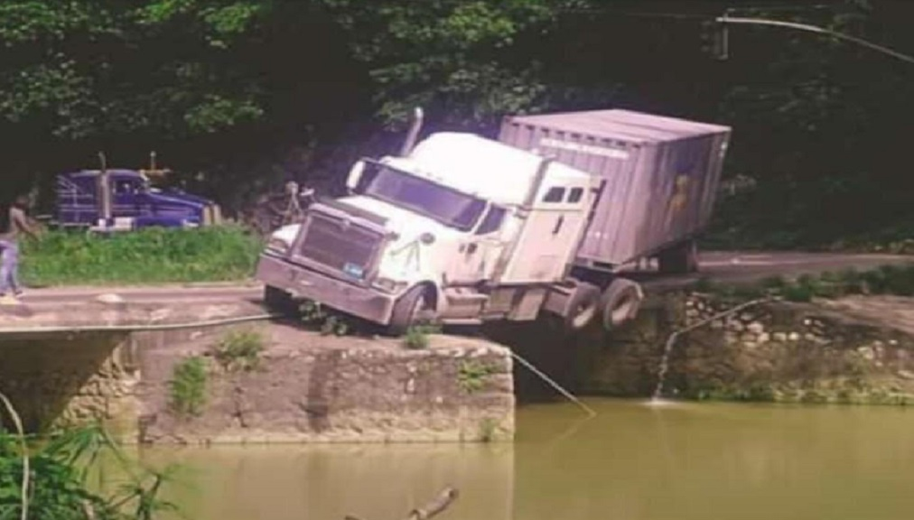 The truck that overturned on Flat Bridge, St Catherine