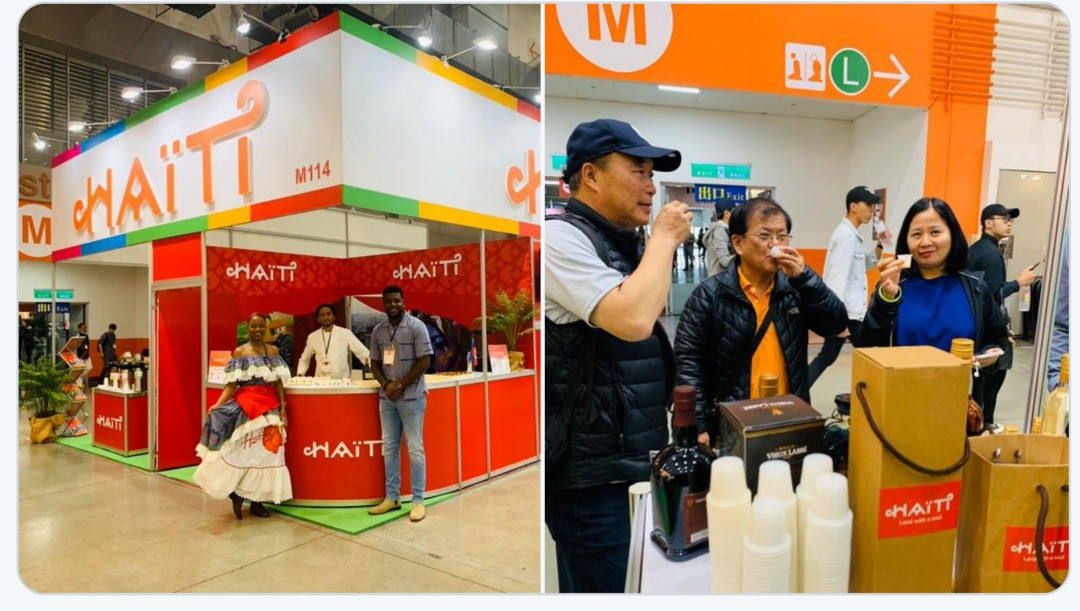 "Sous le stand d'Haiti, des Taiwanais sirotent nos spiritueux au salon commercial ""Taiwan International Coffee, Tea and Wine"" ouvert ce vendredi 15 novembre à Taipei./Photo: Twitter- Edmond Bocchit."