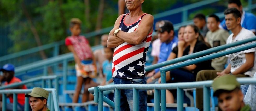 Un homme porte un t-shirt aux couleurs du drapeau américain à La Havane, le 12 décembre 2019 afp.com - YAMIL LAGE