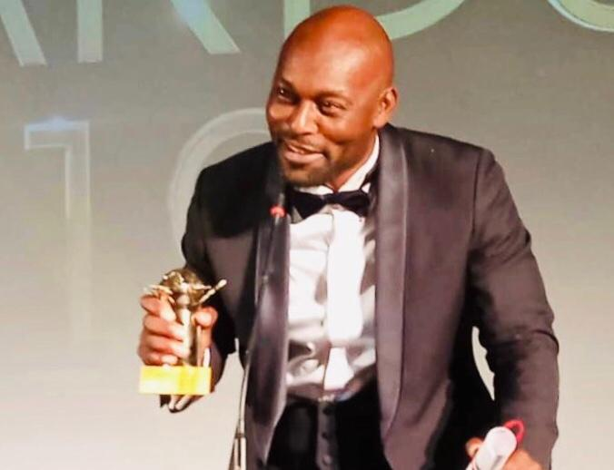 L'acteur haïtien Jimmy Jean-Louis, recevant le prix de week end dernier à Ouagadougou, la capitale du Burkina Faso./Photo: Twitter.