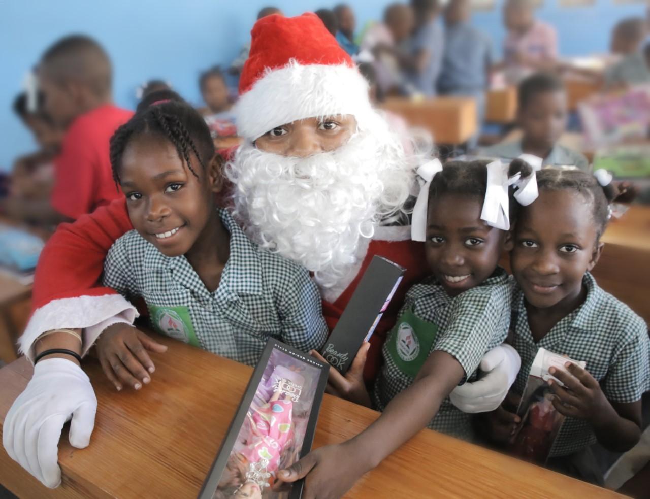Cette année, lors la foire de Noël qui fut organisée à l'intention des employés, ces derniers ont eu la possibilité de contribuer à une collecte de plus de 4,000 cadeaux destinés aux élèves de 10 des écoles construites par la Fondation.