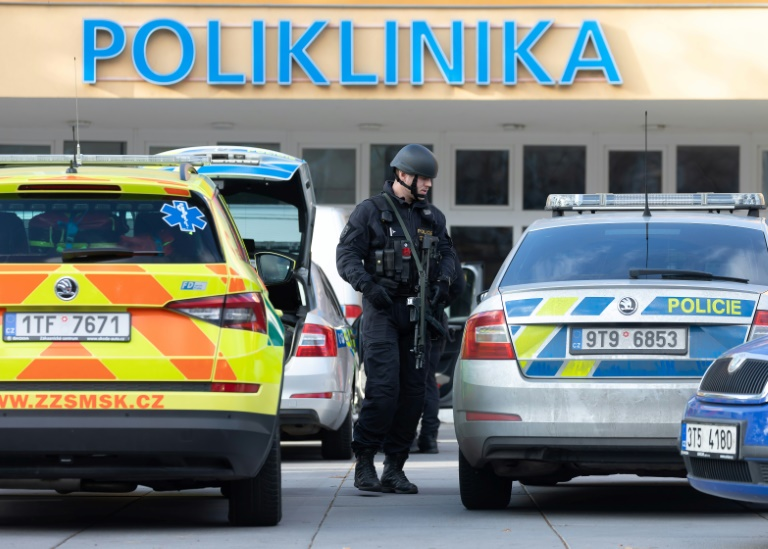 Des policiers devant un hôpital où a eu lieu une fusillade, le 10 décembre 2019 à Ostrava, en République tchèque