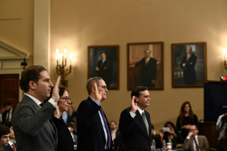Les professeurs de droit Noah Feldman, Pamela Karlan, Michael Gerhardt et Jonathan Turley prêtent serment au Congrès américain, le 4 décembre 2019 à Washington