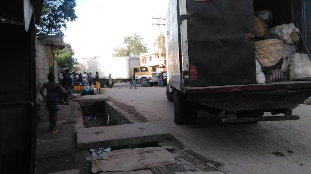 Des véhicules de transport en commun cantonnant à l'entrée principale de la ville de Saint-Marc ce jeudi après-midi