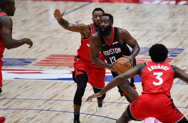 James Harden avec les Houston Rockets défie des joueurs des Toronto Raptors lors d'un match de présaison de la NBA à Saitama, au Japon, le 10 octobre 2019
