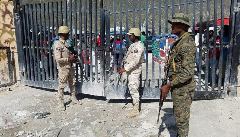 Des soldats dominicains en poste au niveau de la frontière pour assurer la sécurité de leur territoire et pour éviter l'entrée massive d'Haitiens en situation irrégulière./Photo: Source-Dominican Today.