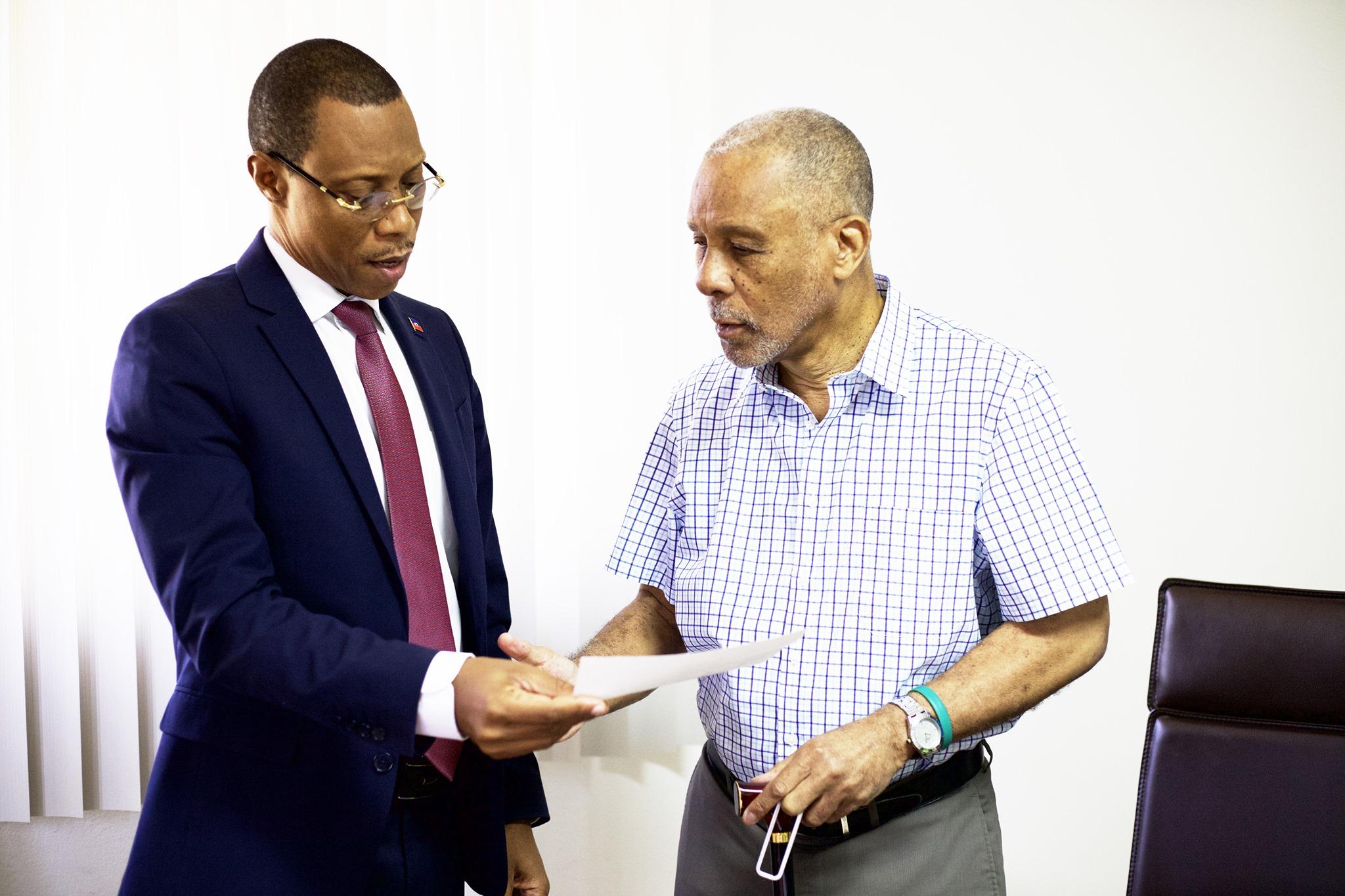 Le directeur général du Fonds National de l'Éducation (FNE), Joseph Frantz Nicolas et le coordonnateur national de la société haïtienne d'aide aux aveugles (SHAA), Michel A. Péan. Crédit Photo : FNE