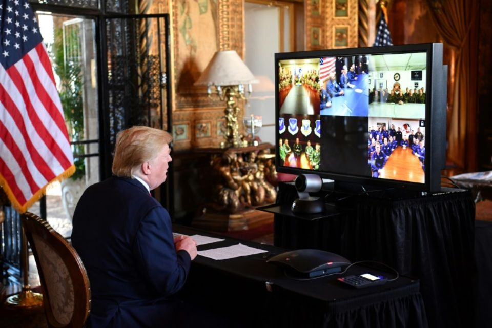 Donald Trump dans sa résidence de Mar-a-Lago, en Floride, le 24 décembre 2019, lors d'un échange avec des militaires américains Photo Nicholas Kamm. AFP
