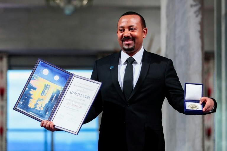 Le Premier ministre éthiopien Abiy Ahmed reçoit son prix Nobel de la paix lors d'une cérémonie, le 10 décembre 2019 à Oslo, en Norvège
