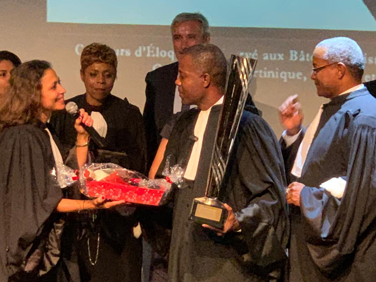 Me Stanley Gaston, le bâtonnier de l'Ordre des avocats de Port-au-Prince, reçoit son prix