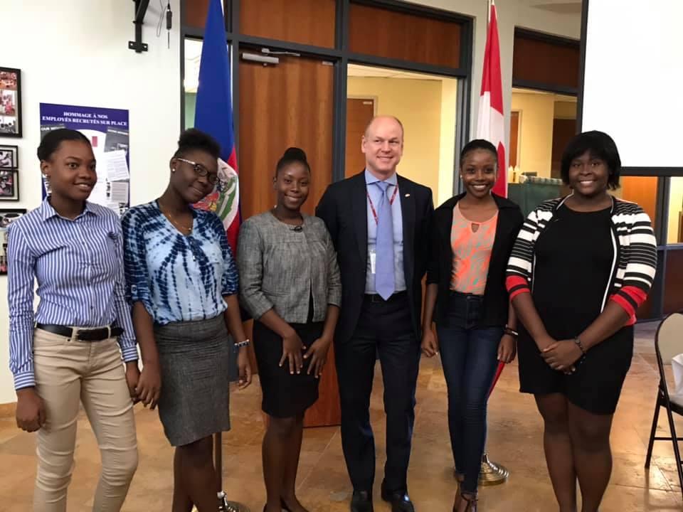 L'ambassadeur du Canada en Haïti, Stuart Savage, pose avec les finalistes du concours / Photo : Ambassade du Canada